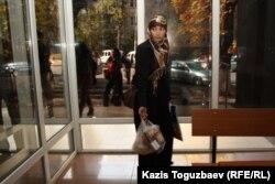 Шынар Бисенбаева, жена подсудимого Саяна Хайрова, с продуктами в здании суда. Алматы, 17 октября 2013 года.