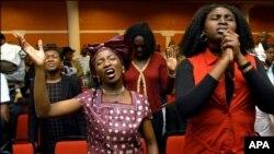 Atlanta kilsəsində dua edirlər