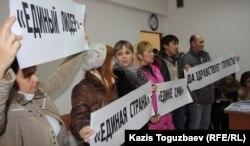 """Журналисты газеты """"Голос республики"""" в суде. Алматы, 13 декабря 2012 года."""
