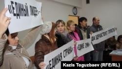 """Журналисты газеты """"Голос республики"""" в суде, где слушается дело о закрытии их издания. Алматы, 13 декабря 2012 года"""