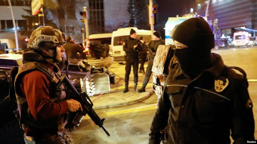 Турецкая полиция оцепила территорию рядом с галерей, где напали на российского посла Андрея Карлова. Анкара, 19 декабря 2016 года.