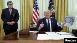 ԱՄՆ - Նախագահ Դոնալդ Թրամփը և արդարադարության նախարար Ուիլյամ Բարը լրագրողների հետ զրուցում են սոցցանցերի խնդրի մասին, Սպիտակ տուն, Վաշինգտոն, 28-ը մայիսի, 2020թ.