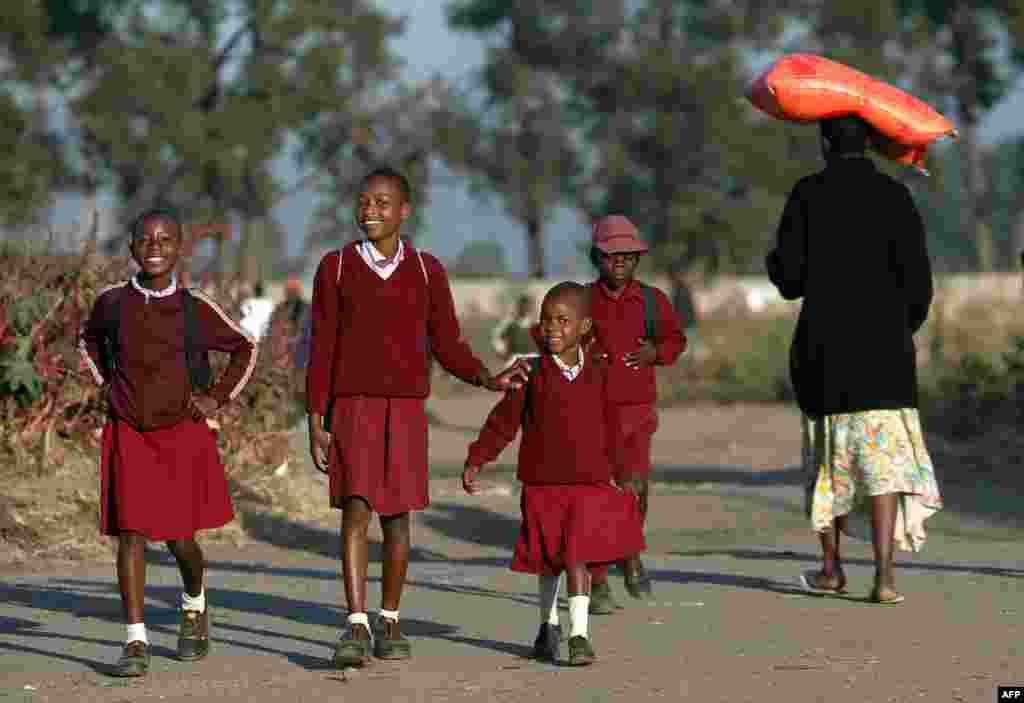 Школьники Зимбабве гордо носят бордовую униформу