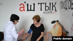 Главный редактор закрытого властями издания ADAM bol Гульжан Ергалиева продолжает голодовку. Алматы, 22 января 2015 года.