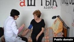 Adam bol журналының бас редакторы Гүлжан Ерғалиева (оң жақта) аштық жариялап отыр. Алматы, 22 қаңтар 2015 жыл.