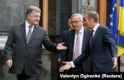 Президент Украины Петр Порошенко (слева), глава Еврокомиссии Жан-Клод Юнкер (в центре) и председатель Европейского совета Дональд Туск