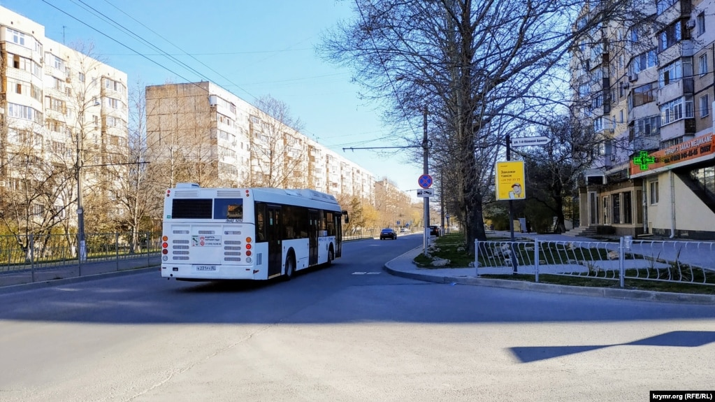 Общественный транспорт в Симферополе теперь ездит в ограниченном режиме и строго по расписанию: утром с 6:00 до 10:00 и вечером с 17:00 до 21:00