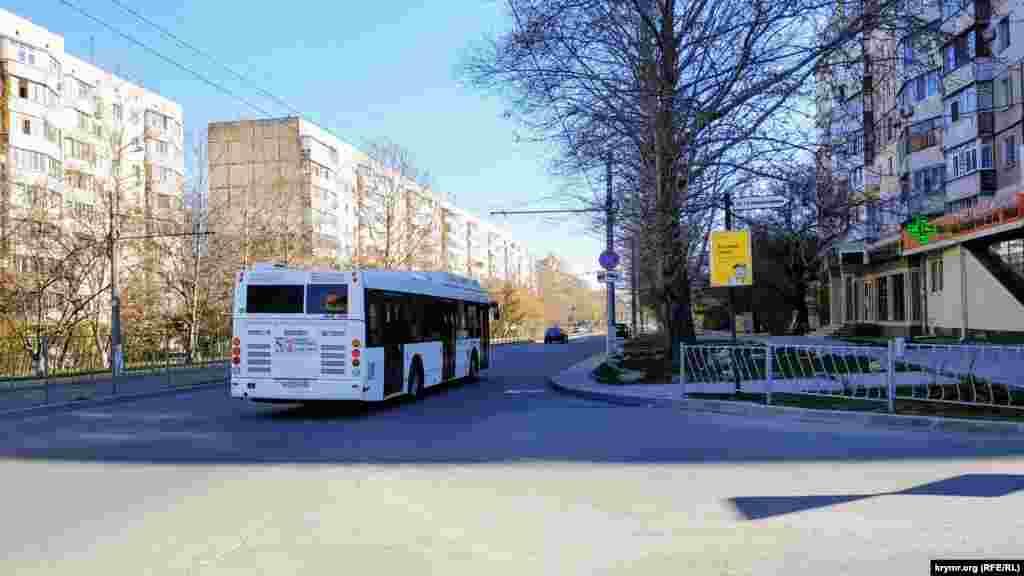 Громадський транспорт у Сімферополі тепер їздить в обмеженому режимі і чітко за розкладом: вранці з 6:00 до 10:00 і ввечері з 17:00 до 21:00