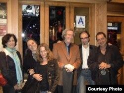 Роберт с поклонниками после выступления. Вторая слева — его жена Дон