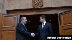 Президент Армении Армен Саркисян (справа) и посол Франции в Армении Жонатана Лакот, Ереван, 13 июля 2018 г.