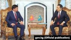 Премьер-министр Казахстана Бакытжан Сагинтаев (справа) и его кыргызский коллега Мухаммедкалый Абылгазиев. Душанбе, 31 мая 2018 года.