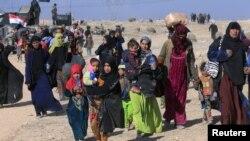 Беженцы у Мосула покидают район боев на западных границах города, февраль 2017