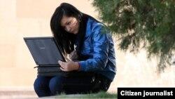 Студентка за ноутбуком. Иллюстративное фото.