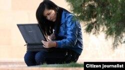 Девушка работает за компьютером на улице. Иллюстративное фото.