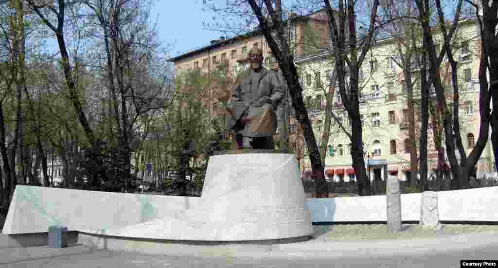 Памятник Абаю в Москве установлен недалеко от казахстанского посольства.