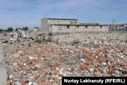 Груда кирпичных и бетонных обломков — всё, что осталось от средней школы с русским языком обучения, рассчитанной на 250 учащихся