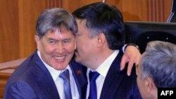Алмазбек Атамбаев Акматбек Келдибековду Жогорку Кеңеш төрагалыгына шайланышы менен куттуктоодо. 2010-жылдын 17-декабры.