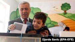Oliver Ivanovic ötənilki seçkidə oğluyla birlikdə bülleteni qutuya atır