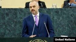 Албания премьер-министрі Эди Рама БҰҰ Бас Ассамблеясы сессиясында сөйлеп тұр. Нью-Йорк, 28 қыркүйек 2013 жыл.