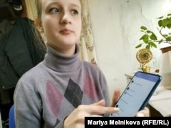 Анна Фролова ұялы телефонын ұстап отыр. Орал, 4 қараша 2019 жыл.