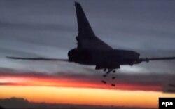 Ресейдің ТУ-22 әскери ұшағы Сириядағы белгісіз нысананы бомбалап жатыр. 19 қараша 2015 жыл.