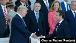 Էմանյուել Մակրոնը սեղմում է Դոնալդ Թրամփի ձեռքը Բաստիլի գրավմանը նվիրված ռազմական շքերթի ժամանակ, Փարիզ, 14-ը հուլիսի, 2017 թ․