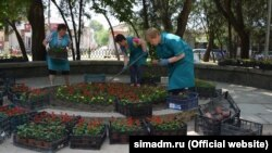 Работники коммунальных служб Симферополя высаживают 3 тысячи цветов у памятного знака жертвам депортации крымских татар