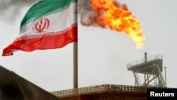 Zastava Irana na postrojenju za proizvodnju sirove nafte, fotoarhiv