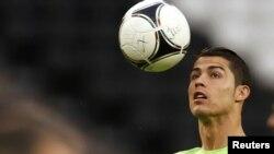 Криштиану Роналду жартылай финалда жиі көзге түскенімен Испания қақпасына шын қатер төндіре алмады. Донецк, 26 маусым 2012 жыл