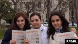 "Readers of ""Fərqli düşüncə"" show off their copies of the newspaper in Baku, Azerbaijan."