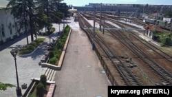 Железнодорожный вокзал Симферополя, июль 2015 года