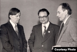 Васіль Быкаў, Генадзь Бураўкін і Нічыпар Пашкевіч. 1980-я гг. З асабістага фонду В. Быкава ў БДАМЛМ