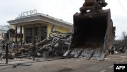 Уничтоженные торговые павильоны у станции метро в Москве