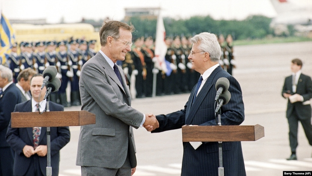 Голова Верховної Ради України Леонід Кравчук (праворуч) і президент США Джордж Буш під час урочистої зустрічі в аеропорту. Україна, серпень 1991 року