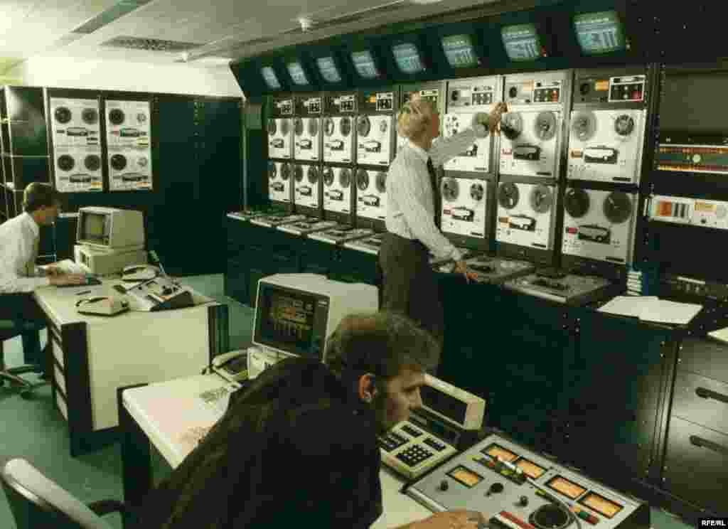 The master control room of the RFE/RL Munich headquarters, 1980s.