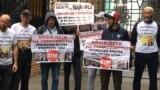 Rusiye Yuqarı mahkemesi ögünde Bağçasaraydaki birinci «Hizb ut-Tahrir davası» boyunca mahküm etilgen qırımtatarlarğa qoltutuv aktsiyası. Moskva, 2019 senesi iyülniñ 11-i