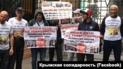 Акція підтримки кримських татар, засуджених за першою бахчисарайською «справою Хізб ут-Тахрір» біля будівлі Верховного суду Росії, 11 липня 2019 року
