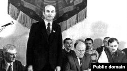 Падпісаньне Антыкрызіснага пагадненьня 14 сакавіка 1992. Выступае Зянон Пазьняк, справа ад яго - Станіслаў Шушкевіч і Мікола Статкевіч.