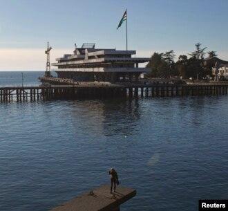 Абхазские экологи неоднократно нас уверяли в том, что морское течение направлено в сторону Сочи и бояться аварий нам нечего, все равно все унесет к соседям