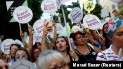 Стамбулдағы наразылық шеруіне қатысушылар. 29 шілде 2017 жыл.