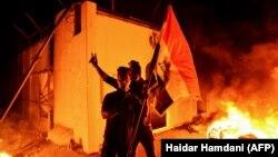معترضان عراقی در کنار کنسولگری