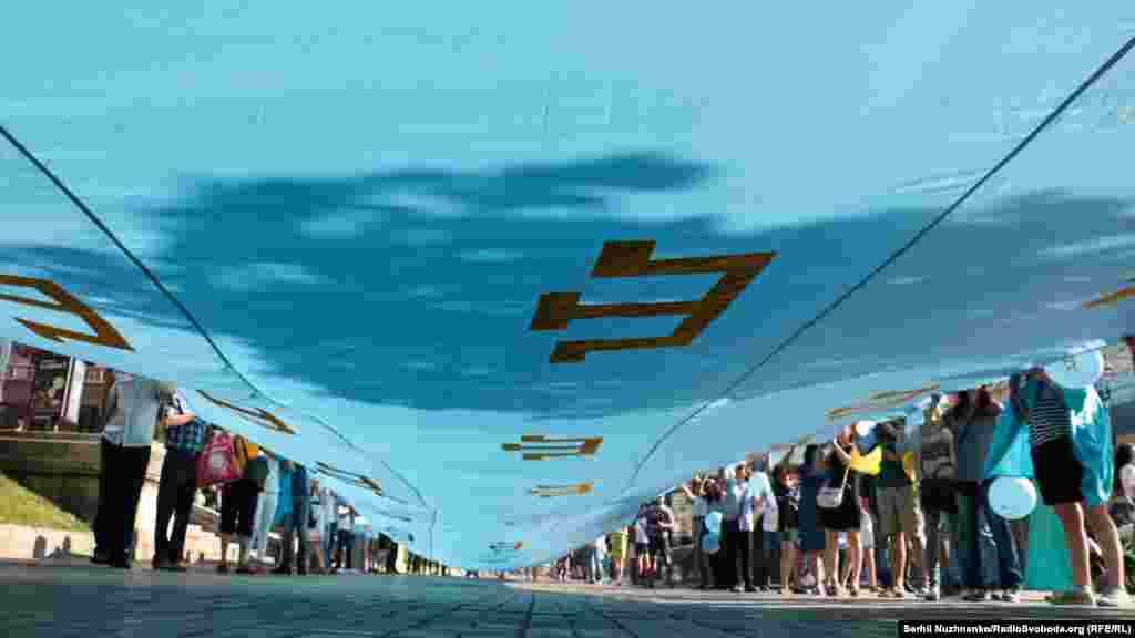 Учасники розгорнули майже 40-метровий прапор. Його підняли на перехресті вулиць Богдана Хмельницького та Хрещатика і пронесли до майдану Незалежності. День шанування національного прапора кримських татар, корінного народу Криму, відзначається 26 червня, починаючи з 2010 року