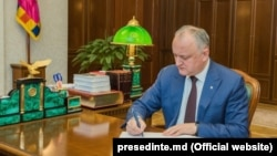 Igor Dodon, semnând un decret prezidențial