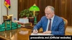 Igor Dodon semnează o lege