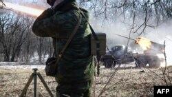 Бойовики угруповання «ДНР» ведуть вогонь з РСЗВ «Град». Горлівка, 13 лютого 2015 року