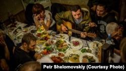 Один з лідерів бойовиків, російський підполковник Ігор Безлер («Бєс») (грає на гітарі). Горлівка, 31 жовтня 2014 року