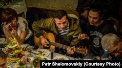 """Игорь Безлер (""""Бес"""") с гитарой на свадьбе в Горловке"""