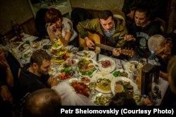 Один з лідерів бойовиків, російський підполковник Ігор Безлер («Бєс») (грає на гітарі). Горлівка, жовтень 2014 року