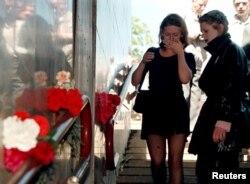 Дзяўчаты плачуць на месцы трагедыі, 31 траўня 1999