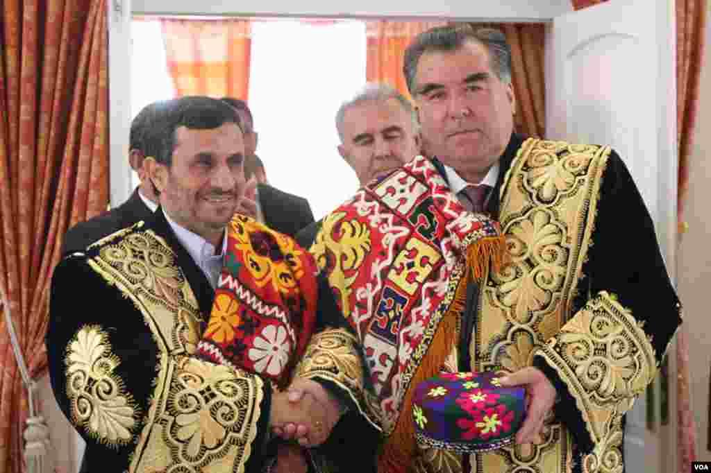 Иран президенті Махмұд Ахмадинежадпен (сол жақта) бірге.